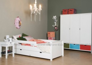 Chambre enfant lit jonne avec armoire blanche