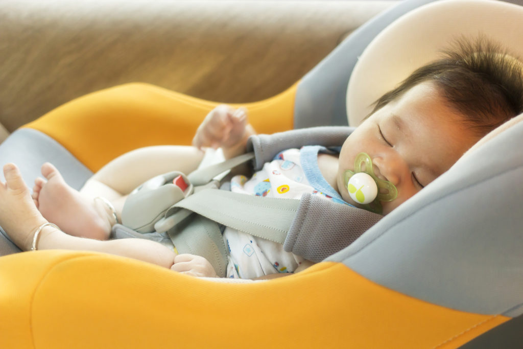 bébé dort en voiture