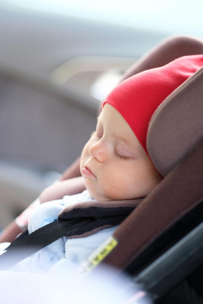 bébé dort dans siege auto