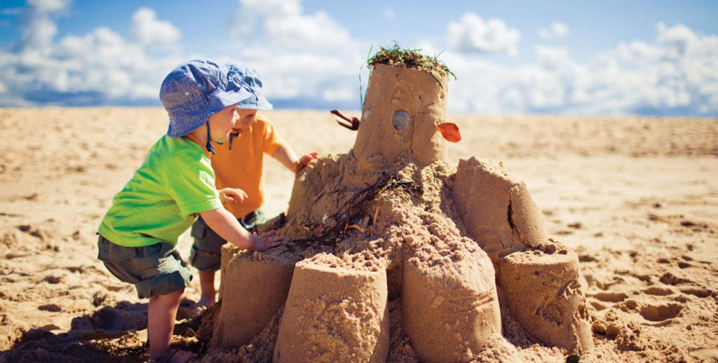 beau châteaux de sable enfant