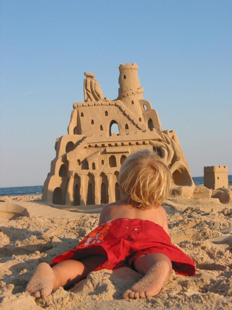 châteaux de sable enfant allongé