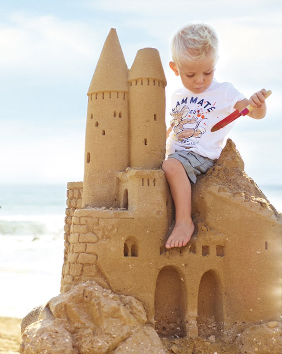châteaux de sable enfant assis