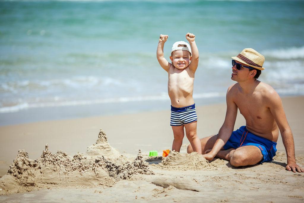 chateau de sable papa bébé