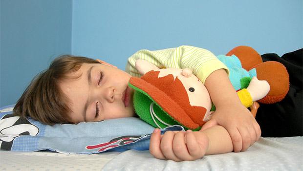 enfant au lit