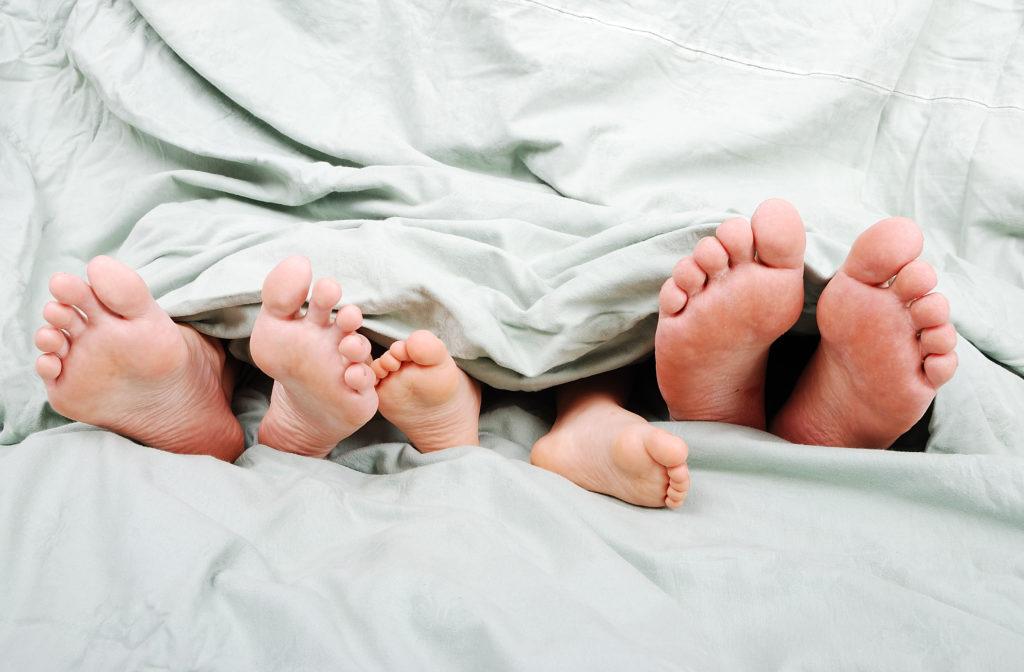 garder enfant au lit